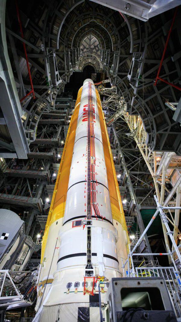 SLS před testem URRT, 17. září 2021. Přístupové plošiny byly odtaženy, obslužná ramena jsou zapojena do konektorů v raketě