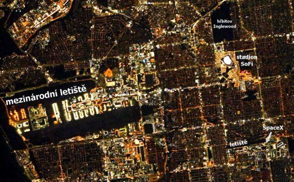 Detail nočního Los Angeles s vyznačeným mezinárodním letištěm, hřbitovem a stadionem v Inglewoodu a letištěm a továrnou SpaceX v Hawthorne. Zdroj: flickr.com