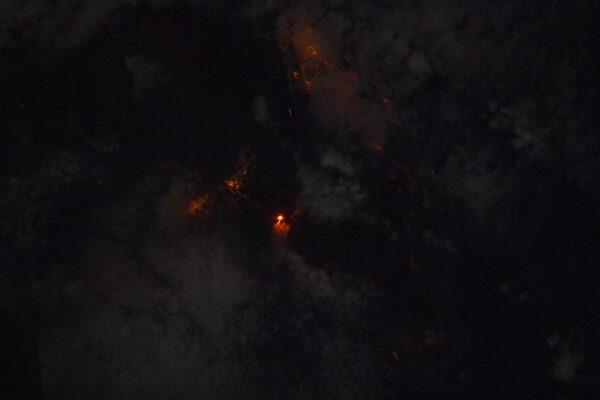 🌋 Na Kanárských ostrovech vybuchla sopka Cumbre Vieja v jižní části ostrova La Palma. V temnotě Atlantského oceánu je jasně oranžová láva ještě působivější, zejména v blízkosti světel okolních měst. Zdroj: flickr.com