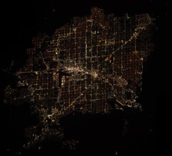 Las Vegas. Město zábavy, hotelů, bazénů a kasin. Kdo by jej neznal. Zde také město paradoxu. Záplava světel a najednou střihem tma. Poušť a národní parky. Zdroj: flickr.com