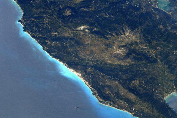 Na pobřeží řeckého ostrova Lefkada se objevil super zářivý odstín modré, který si nedokážu vysvětlit. Vzhledem k barvám jsou tyto pláže v létě pravděpodobně velmi oblíbené... shodou okolností jsem tam ve svých dvaceti letech také pobýval jen tak s batohem. Zdroj: flickr.com