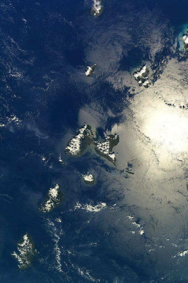 Když už jsme u Malých Antil, motýlí ostrov Guadeloupe jsme si už představili. Zde nad ním vidíme Montserrat a úplně nahoře kousek Svatého Kryštofa a Nevise. Vpravo od Montserratu je Antigua a vykukuje nad ní i Barbuda. Pod Guadeloupem je kulatý Marie-Galante a dva velké, Dominika a Martinik. Zdroj: flickr.com