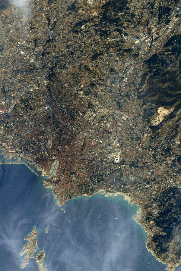 Pohled na město Marseille na jihu Francie. Napravo u pobřeží mu dominuje velký ovál pro koňské dostihy (Hippodrom Borély) a výrazný fotbalový stadion Olympicku Marseille s názvem Orange Vélodrome. Zdroj: flickr.com