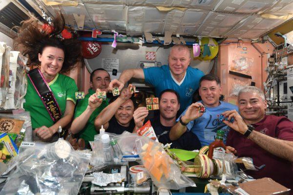 A tady už máme i Marka a kompletní 65. posádku ISS u příležitosti 50. narozenin Megan McArthur. Zdroj: flickr.com
