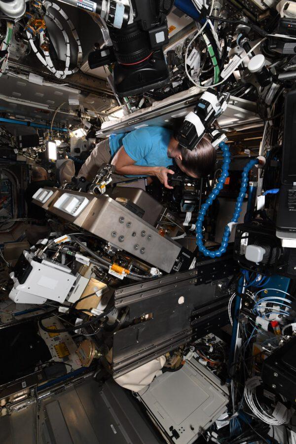 Megan se nám málem ztratila ve změti kabelů a přístrojů! Samozřejmě jako obvykle měla vše pod kontrolou. Prostě měnila pevný disk v integrovaném stojanu na tekutiny. Jak už název napovídá, používá se pro nejrůznější výzkumy týkající se kapalin. Pevný disk slouží k ukládání dat do doby, než mohou být odeslána na Zemi. Specializovaná zařízení (biologie, metalurgie, fyziologie…) jsou rozmístěna v různých modulech, laboratořích stanice. Cílem je pokrýt co nejvíce oborů, které využívají kosmický výzkum. Na obrázku to vypadá trochu chaoticky kvůli stavu mikrogravitace, která způsobuje, že kabely plavou, ale v 99 % případů je vše pečlivě uklizené. Představte si, že se vrtáte v autě a najednou vám začne plavat obsah kufříku s nářadím. Opravdu nám nezbývá než vše okamžitě uklízet a připevnit na své místo... 😬. Zdroj flickr.com