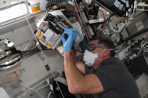 Na snímku je Shane Kimbrough v japonské laboratoři a v ruce má přístroj Mochii. Toto high-tech zařízení není nic menšího než miniaturní skenovací elektronový mikroskop. V současné době jej však nepoužíváme k výzkumu, ale je nastaven na kontrolu miniaturních částic, které mohou způsobit poruchy zařízení citlivých na prach nebo které by mohly způsobit onemocnění posádky (tj. můžeme onemocnět z vdechování prachu). V budoucnu bude k dispozici i pro výzkumníky. Zdroj: flickr.com