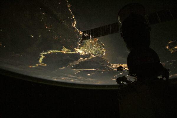 Nil a Sojuz. Takový snímek nepotřebuje další komentář. Delta nilu je asi nejsnáze rozpoznatelné místo na noční straně Země. U snímku jsme mírně zesvětlili tmavá místa, aby vynikl i Sojuz a airglow na okraji zemské atmosféry. Zdroj: flickr.com