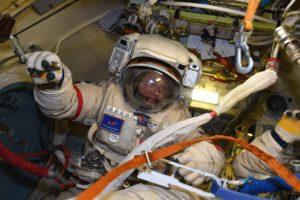 Oleg Novickij při zkoušce skafandru Orlan. Zdroj: flickr.com