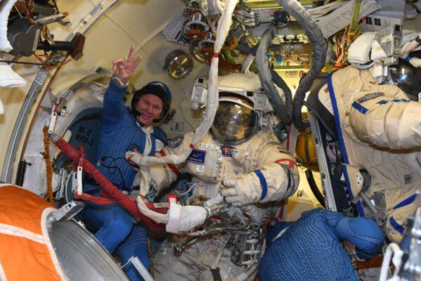 Oleg Novickij mohl po vycházce signalizovat gestem, že byla úspěšná. Kosmonauti při ní byli 4. září 2021 venku 7 hodin a 54 minut. Všechny úkoly (krom tří drobností) byly splněny. Zdroj: flickr.com