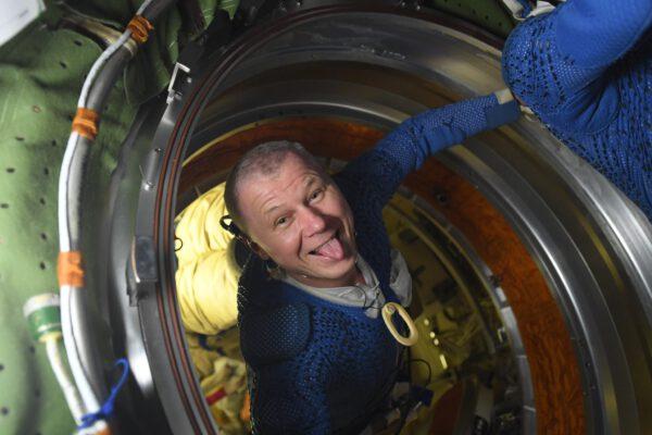 Oleg Novickij po výstupu do kosmu. Že by měly kosmické vycházky nějaké euforické účinky? Zdroj: flickr.com
