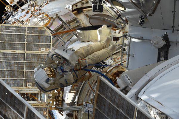 Pjotr Dubrov během kosmické vycházky poblíž spodní části modulu Nauka. Zdroj: flickr.com