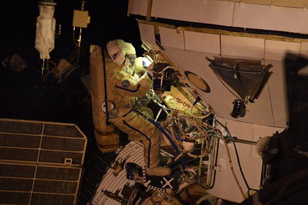 Pjotr pracuje u modulu Nauka. Cílem bylo propojit datové a elektrické kabely. Modul je oproti kosmonautovi opravdu obrovský. Zdroj: flickr.com