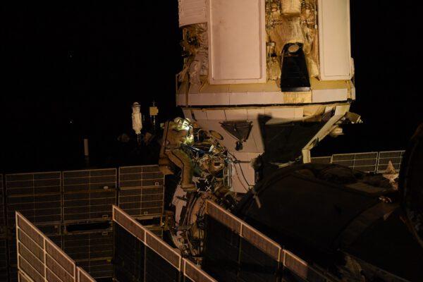 Pjotr Dubrov a spodní část modulu Nauka. Zdroj: flickr.comDubrov