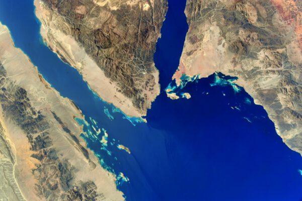 Zřejmě snadno rozeznáte obrysy jižní části Sinajského poloostrova mezi Egyptem, Izraelem a Saudskou Arábií. Při pobřeží Rudého moře se zde nachází známé letovisko Šarm aš-Šajch. Zdroj: flickr.com