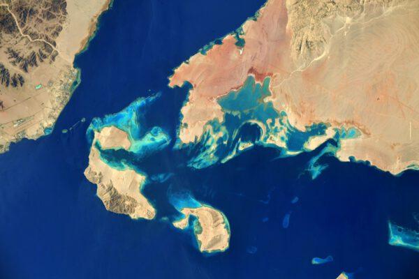 Detailní pohled na Rudé moře, záliv Aquaba vpravo a Suez vlevo jasně ukazuje, že Rudé moře je krásně modré ;) Zdroj: flick.com