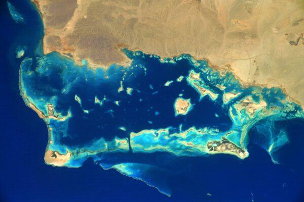 Detail pobřeží Saudské Arábie. Nachází se 550 km severozápadně od Mekky. Zdroj: flickr.com