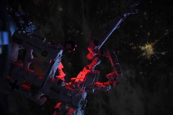 Na snímku vidíme staniční manipulátor Canadarm2 a koncovou multifunkční část Dextre, zde krásně nad noční stranou Země. Přesněji se jedná o SSRMS (Space Station Remote Manipulator Systém) a SPDM (Special Purpose Dexterous Manipulator). Zdroj: flickr.com