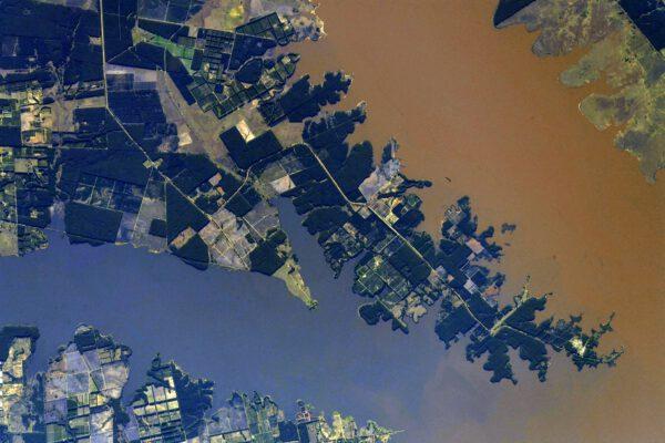 Po cestě podél řeky Uruguay směrem k pobřeží narážíme také na přehradu Salto Grande, která je vidět na tomto snímku. Zdroj: flickr.com