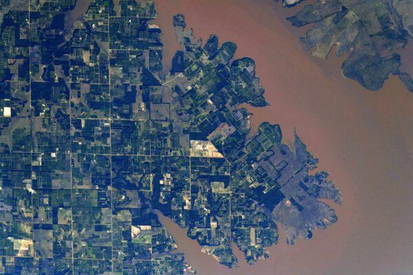 Zapadající slunce dodává krajině podél řek Rio Paraná a Rio Uruguay nádherné pastelové barvy. Zde vidíme čtverce a pobřeží u městečka Santa Ana v Argentině na břehu řeky Uruguay na hranici se stejnojmenným státem. Zdroj: flickr.com