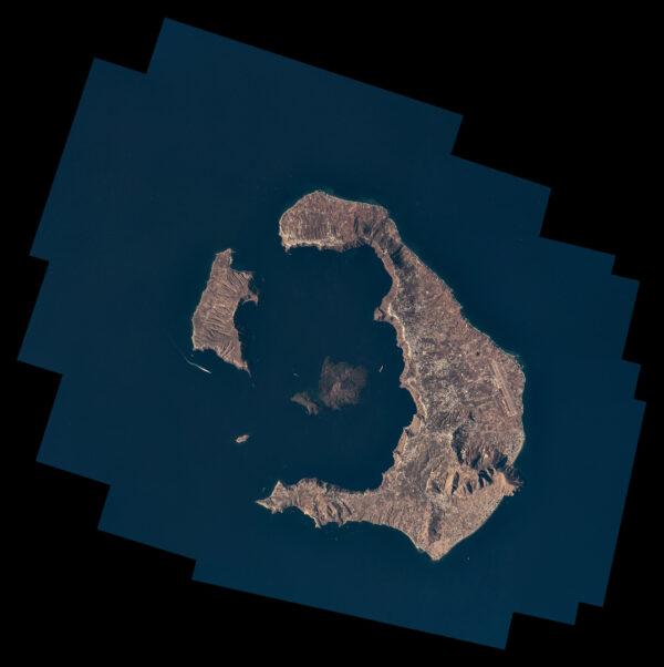 Ostrov Santorini ve Středozemním moři najdeme severně od Kréty. Toto zajímavé místo je sopečný ostrov. Místo, kde obří výbuch sopky zvané ve starověku Thera doslova rozmetal tento ostrov, z něhož zbyly jen okraje na větší rozměr až 17 km od sebe. Výbuch zřejmě znamenal konec civilizace na Krétě před asi 3600 lety. Zdroj: flickr.com