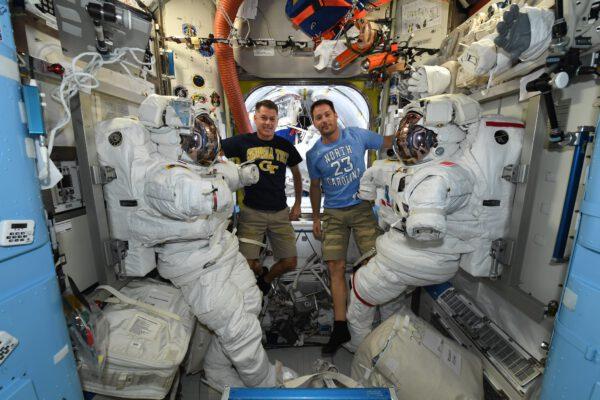 Shane Kimbrough a Thomas u amerických skafandrů určených pro kosmické vycházky. Zdroj: flickr.com