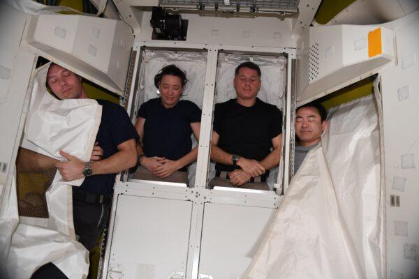 Odpočinek ve skladovacím prostoru přechodové komory Quest. Zdroj: flickr.com