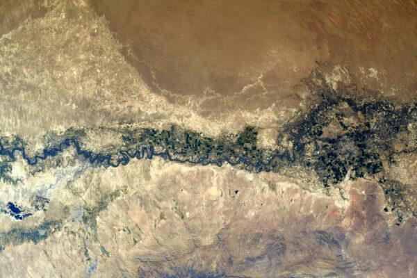 Širší pohled na tok řeky Syrdarja a pole v jejím okolí. Zdroj: flickr.com