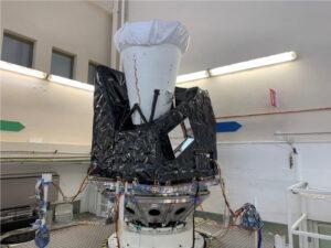 Přístroj FCI (Flexible Combined Imager) během mechanických zkoušek.