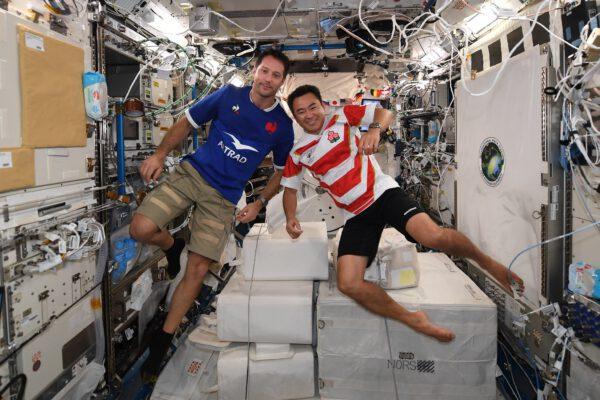 Thomas Pesquet a Akihiko Hošide se chystají na malý zápas v rugby. Och ne, k výstupu ven z kosmické stanice. Zdroj: flickr.com