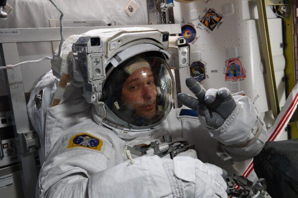 Thomas Pesquet před výstupem do volného kosmu. Zdroj: flickr.com