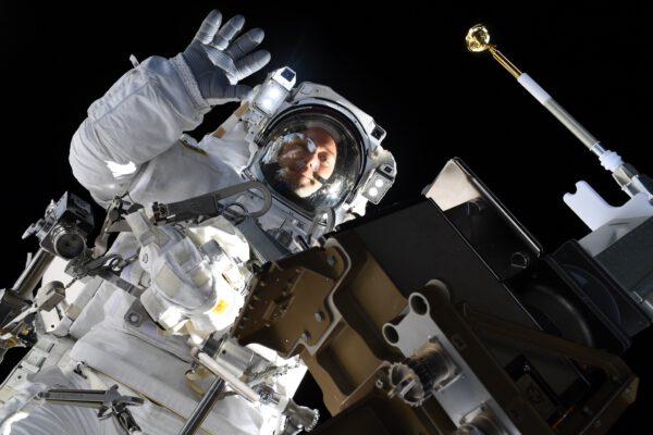 Thomas Pesquet při kosmické vycházce. Zdroj: flickr.com