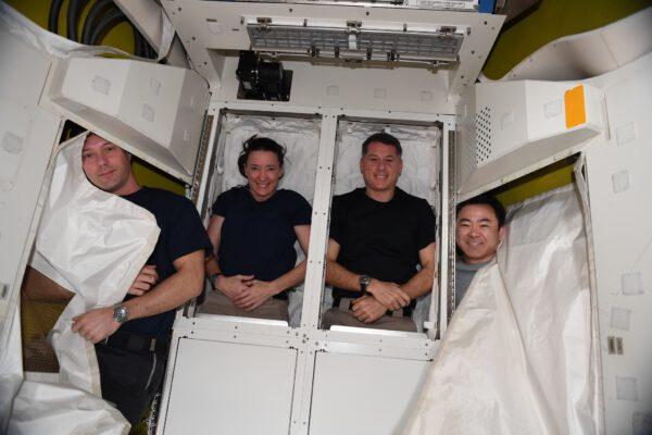 Ve skladovacím prostoru Airlocku vidíme zleva Thomase Pesqueta, Megan McArthur(ovou), Shanea Kimbrougha a Akihiko Hošide. Zdroj: flickr.com