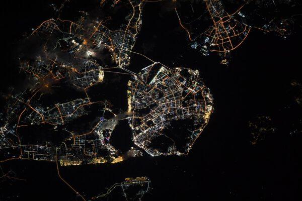 Podivné tvary nočního města Sia-men (Xiamen). Pro zajímavost Thomas dodává, že názvy měst můžete někdy hádat na jeho Instagramu, kde je zveřejňuje s předstihem (odkaz pod článkem). Zdroj: flickr.com