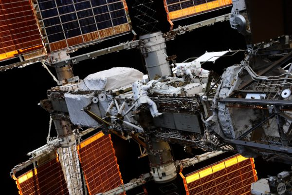 Astronauti ve srovnání s nosníkem solárních panelů. Zde pracují na jeho části označené P4. Velikost vynikne ve srovnání s malými postavičkami ve skafandrech. Zdroj: flickr.com