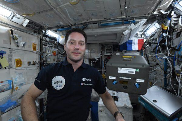 """Astronaut s blobem. Přesněji řečeno Thomas s černou krabicí, uvnitř které je vzdělávací experiment Blob-ISS, jeden z 12 francouzských experimentů, které řídí francouzská kosmická agentura CNES. Nachází se tam čtyři """"hlenky pravé"""" (myxomycety – organismy složené z buněk schopných žít samostatně i v koloniích). Uvnitř jsou umístěny kamery, které sledují jejich růst. Tisíce francouzských žáků budou brzy ve svých třídách provádět obdobu tohoto experimentu (#ÉlèveTonBlob, zvedněte svou kapku) a budou moci porovnat své výsledky s našimi vesmírnými kapkami. Cílem je pomoci mladým lidem seznámit se s prací vědce, výzkumem vesmíru, vesmírnými nástroji a souvisejícími profesemi. Doufám, že snímky budou mluvit samy za sebe a že třídy budou schopny během týdne experimentování vyslovit vlastní vědecké hypotézy. Tyto jednobuněčné organismy fascinují vědeckou komunitu svými vlastnostmi: nemají mozek, a přesto se umí živit a komunikovat, nemohu se dočkat, až uvidím, jak se přizpůsobí stavu beztíže… Zdroj: flickr.com"""
