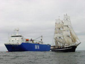 Loď MN Colibri spolu s plachetnicí Belem.