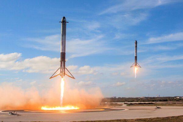 """""""To bylo epické. To byla možná nejúžasnější věc, jakou jsem kdy viděl,"""" komentoval synchronizované přistání dvou bočních bloků Falconu Heavy v únoru 2018 Elon Musk. Díky za tyto epické záběry - a těšíme se na další, ještě epičtější!"""