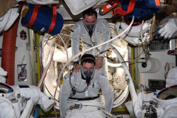 Před obléknutím skafandru a samotným výstupem do kosmu dýcháme čistý kyslík, čímž vyženeme dusík z krevního oběhu. Zdroj: flickr.com