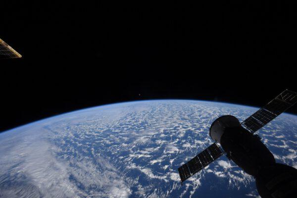 Pohled na obzor Země a Měsíc ve fázi kolem úplňku. Ano to není aktuální snímek, ale Thomasovo ohlédnutí za obdobím příletu modulu MLM-U, tedy modulem Nauka. V té době se ISS natočila tak, že modul Cupola, směřující obvykle dolů k Zemi, se zde natočil tak, že byl vidět okraj Země. To umožnilo Nauce snazší připojení jakoby zezadu ve směru letu ISS. Zdroj: flickr.com