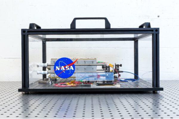 První prototyp laseru mise LISA doručený do švýcarského střediska CSEM k testům.