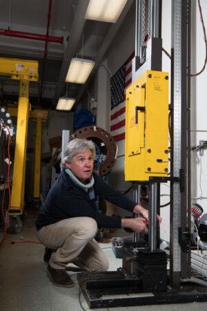 Příprava vzorku materiálu pro skafandr na vertikální impaktní drop test.