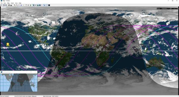 Navigační mapa z ISS. Vidíme polohu stanice, budoucí průmět její dráhy na zemský povrch a přibližně aktuální výskyt oblačnosti. Zdroj: flickr.com