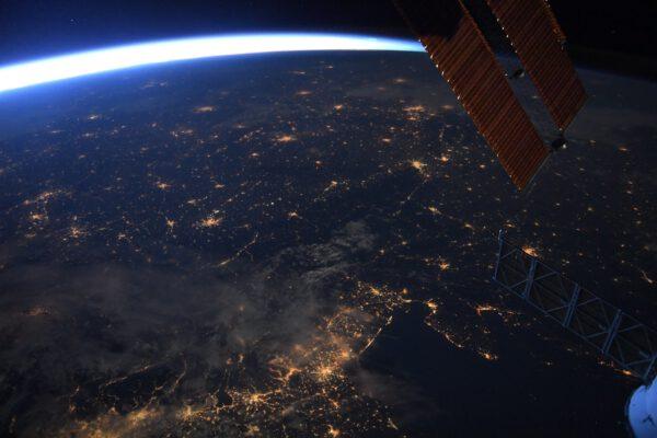 Tento noční snímek střední Evropy je pro nás velmi cenný. Dobře je vidět celá Česká republika. Pokud začnete u konce solárních panelů, tak vlevo dvě větší města vedle sebe jsou Bratislava a Vídeň. Několik skvrnek výše nad nimi, také poblíž panelů, jsou Ostrava a slezská města na jihu Polska. Vytvoříme-li z Ostravy a Vídně protáhlý trojúhelník doleva, narazíme na větší skvrnu světel Prahy. Pak už si snadno najdete své město nebo vesnici. Zdroj: flickr.com