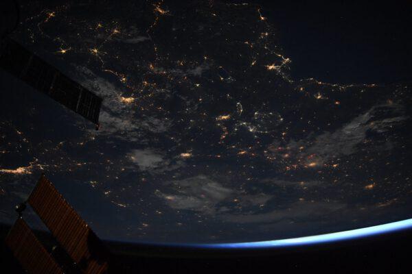 Je skvělé jen tak lenošit v modulu Cupola. V poslední době jsme měli několik skvělých nočních přeletů. Když si dáte hlavu opravdu blízko k oknu, můžete pozorovat Zemi, jak pomalu ubíhá, a zapomenout na okolní strukturu ISS. Je to neuvěřitelný pocit. Naše planeta se svými zářícími městy někdy vypadá jako obří diskotéková koule… Zdroj: flickr.com