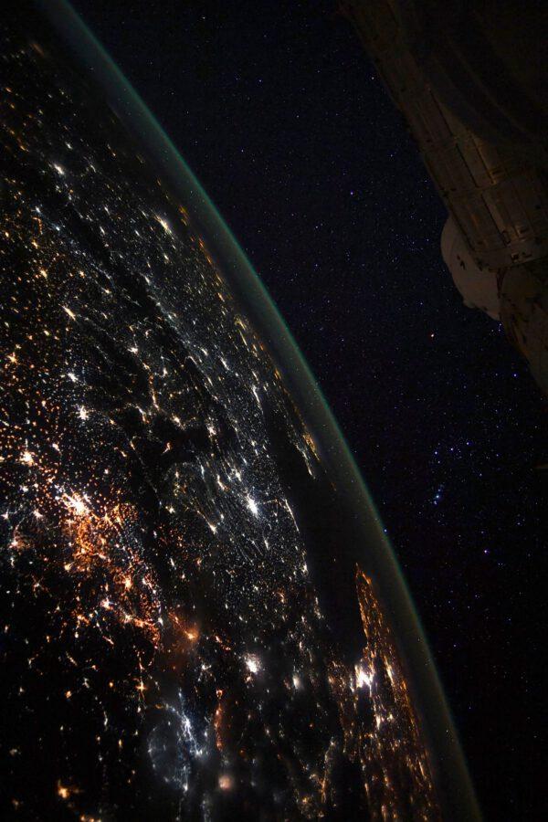 Další spektakulární noční pohled na Zemi, nad níž se vznáší známé souhvězdí Oriona a část ISS. Pohled na studeně bílé osvětlení znovu připomíná, jak nešťastně někteří lidé uvažují, když bez ohledu na zdraví škodlivou modrou složku světla, která v tomto osvětlení převažuje, instalují množství těchto LED světel. Už aby převládla teplá žlutá nebo PC Amber LED. Zdroj: flickr.com