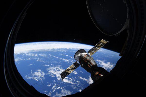 Za oknem Země. Jiný pohled z modulu Cupola v den, kdy se ISS natočila tak, aby Nauka mohla přiletět zezadu k ISS. Kulaté okno Cupoly směřovalo tak, že z něj byl vidět zakulacený obzor Země. Dobře je vidět i kryt okna, který si astronaut musí otevřít, aby se mohl dívat ven. Prostě klasická okenice. Zdroj: flickr.com