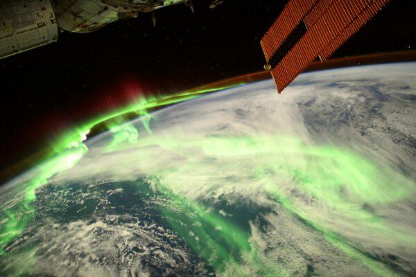 Další z krásných polárních září. Tato byla speciální tím, že byla vidět i přes silné světlo Měsíce kolem úplňku, který úplně rozzářil noční stranu Země, že vypadá jak ve dne. Zdroj: flickr.com