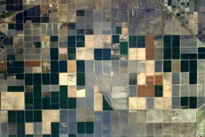 Umění v zemědělství. Pole mohou připomínat leccos, třeba monoskop bývalé televizní stanice, když zrovna nevysílala. Zdroj: flickr.com