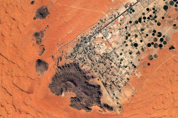 Člověk si snadno přetváří krajinu kolem sebe. Zde vidíme opět kruhová pole v Saudské arábii. Zdroj: flickr.com