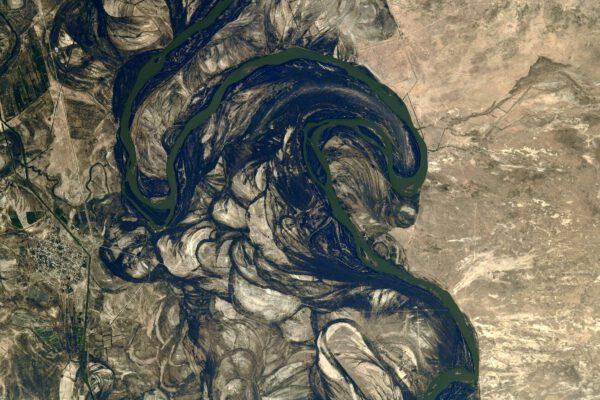 Tato fascinující změť, připomínající pocuchaná vlákna nití je ve skutečnosti meandrující řeka a její okolí. Zákruty řeky Syrdarja tekoucí do vysychajícího Aralského jezera ukazují, že experimenty s přírodou se nevyplácí. Řeky Syrdarja a Amudarja byly v dobách Sovětského svazu využity k zavlažování bavlníkových polí. Výsledkem bylo vyschnutí téměř celého Aralského jezera. Navíc zavlažovací kanály jsou nedokonalé a voda se rychle odpaří, aniž by dotekla na místo určení. Navíc dochází k zasolování půdy. Zdroj: flickr.com